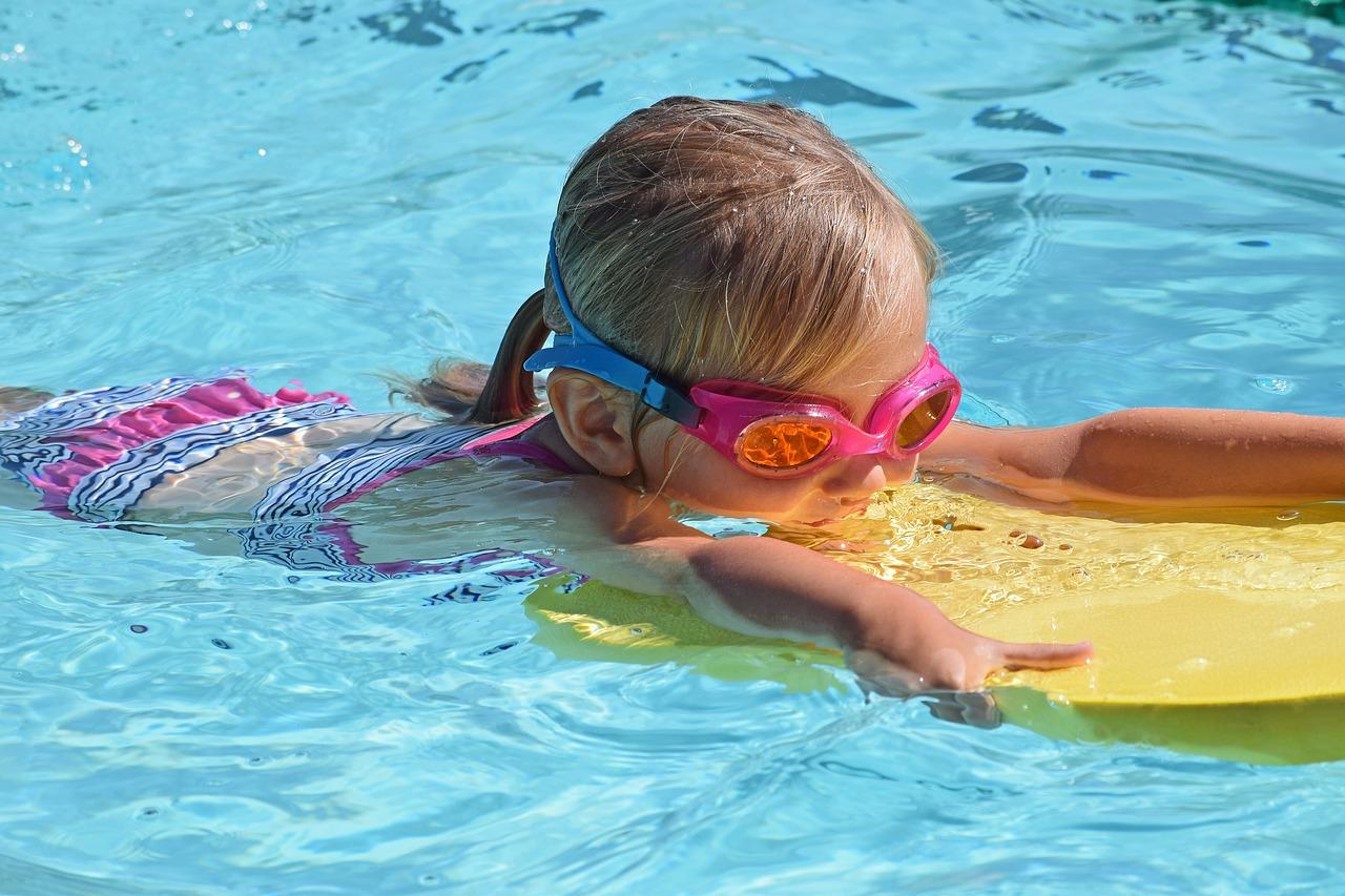 Chcete zdravé dieťa? Prihláste ho na kurz plávania